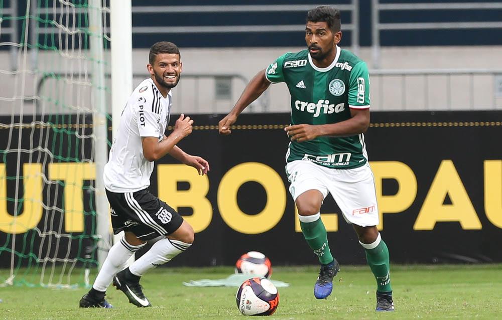 O jogador Thiago Santos, da SE Palmeiras, disputa bola com o jogador Jadson, da AA Ponte Preta, durante partida amistosa, na Arena Allianz Parque.